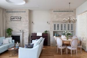 מבט אל הקיר הראשי בבית, בו מוסתרים מזגן ורטיקלי , ארובת הקמין ובו גם נישות ייעודיות לנגרות.