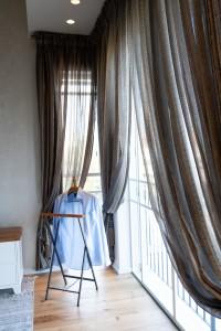 הצבעים והטקסטיל של חדר השינה יוצרים מראה רומנטי ורך. הקו הזה גלש גם לאמבטיית ההורים הסמוכה ובחרתי באריחי המקלחת בגוונים דומים שיוצרים תמונה של ממש.