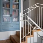 מדרגות המסדרון לקומה העליונה