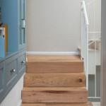 מדרגות המסדרון - עלייה לקומה העליונה