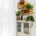 פינת אחסון בסלון במקום מזנון דומיננטי - עם צמחייה שמוסיפה אור